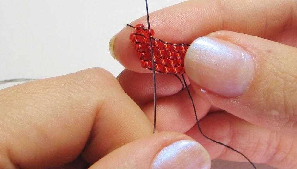 Плетем второй ряд кирпичным плетением