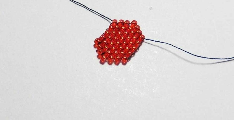 Второй ряд кирпичным плетением бисером